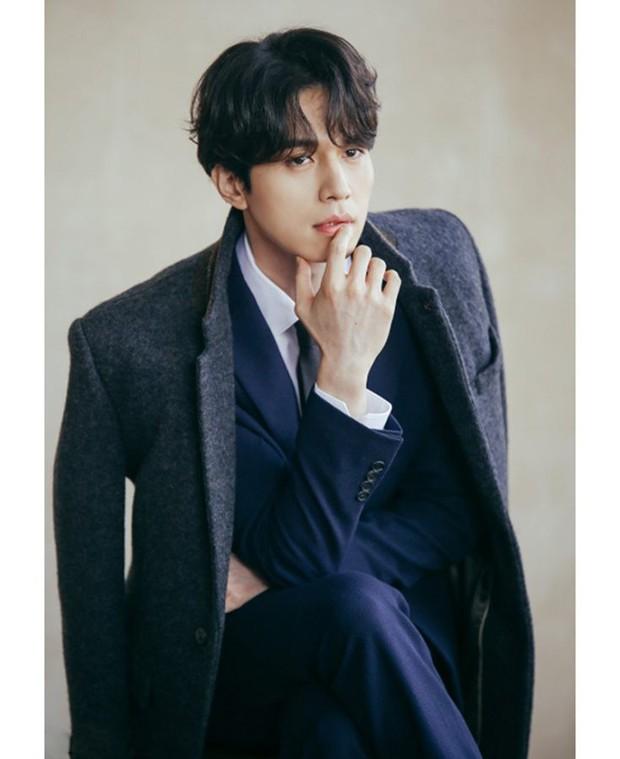 Vì sao fan của Produce X 101 cứ nằng nặc đề cử Host Lee Dong Wook cho vị trí... Center? - Ảnh 2.