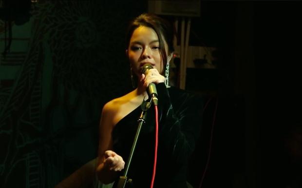 Đây là ca khúc Phạm Quỳnh Anh lần đầu hát tặng khán giả với mong muốn để cho hạnh phúc vận vào người - Ảnh 3.