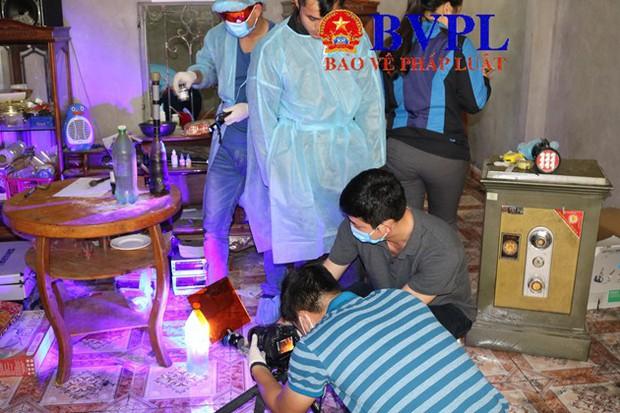 Khám nhà vợ chồng Bùi Văn Công: 50 cảnh sát làm việc trong 9 tiếng, thu nhiều vật chứng quan trọng gợi mở tình tiết mới - Ảnh 2.