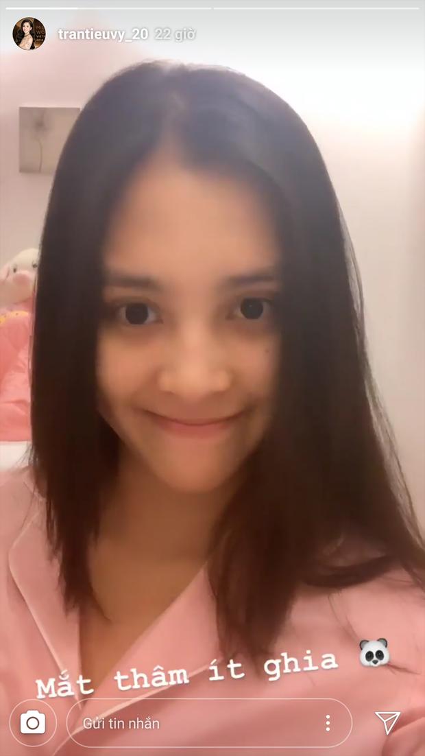 Khoe mặt mộc, Hoa hậu Tiểu Vy lộ nhược điểm nhưng vẫn xinh đẹp ngất ngây - Ảnh 1.