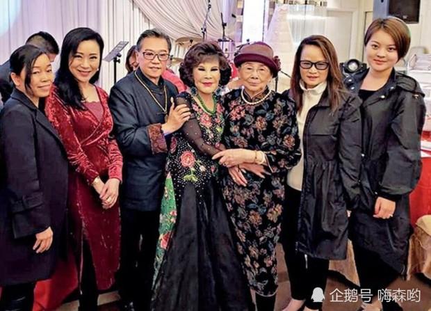 Hé lộ hình ảnh từ bữa tiệc tiêu tốn 7 tỷ đồng, la liệt quà dát vàng mừng thọ 95 tuổi của mẹ Mai Diễm Phương - Ảnh 6.