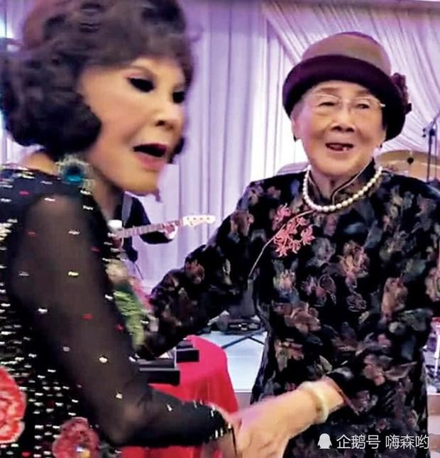 Hé lộ hình ảnh từ bữa tiệc tiêu tốn 7 tỷ đồng, la liệt quà dát vàng mừng thọ 95 tuổi của mẹ Mai Diễm Phương - Ảnh 2.