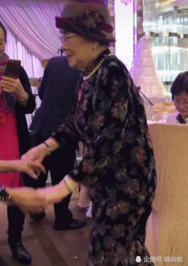 Hé lộ hình ảnh từ bữa tiệc tiêu tốn 7 tỷ đồng, la liệt quà dát vàng mừng thọ 95 tuổi của mẹ Mai Diễm Phương - Ảnh 3.