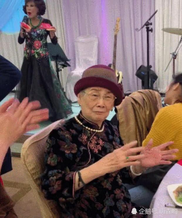 Hé lộ hình ảnh từ bữa tiệc tiêu tốn 7 tỷ đồng, la liệt quà dát vàng mừng thọ 95 tuổi của mẹ Mai Diễm Phương - Ảnh 4.