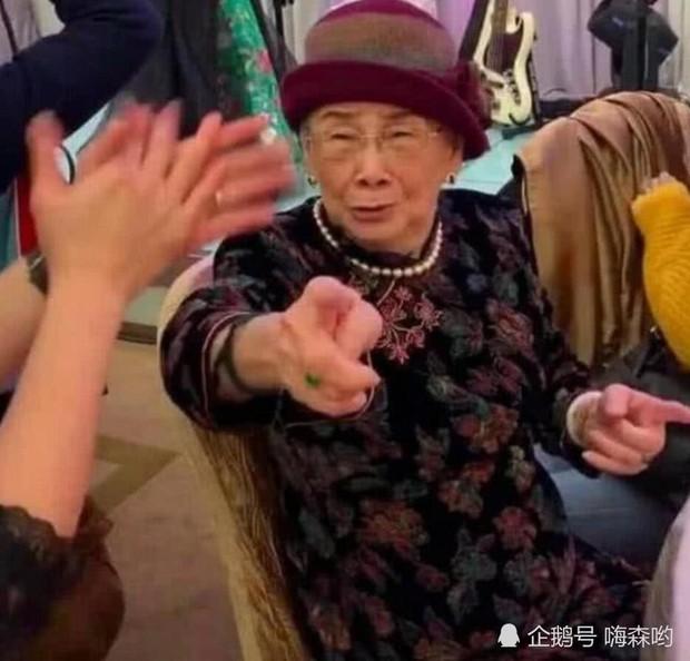 Hé lộ hình ảnh từ bữa tiệc tiêu tốn 7 tỷ đồng, la liệt quà dát vàng mừng thọ 95 tuổi của mẹ Mai Diễm Phương - Ảnh 5.