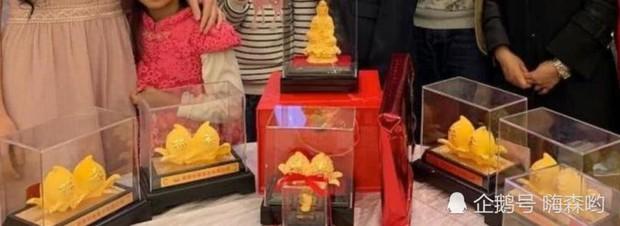 Hé lộ hình ảnh từ bữa tiệc tiêu tốn 7 tỷ đồng, la liệt quà dát vàng mừng thọ 95 tuổi của mẹ Mai Diễm Phương - Ảnh 8.