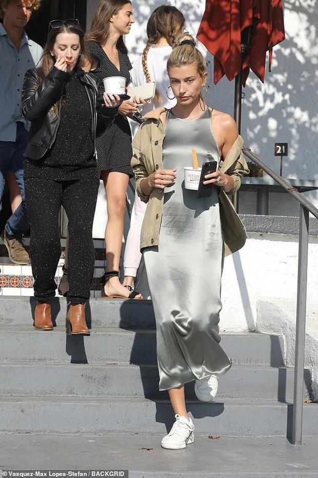 Cặp mẹ chồng nàng dâu ngọt ngào nhất Hollywood: Hailey cùng mẹ chồng trốn Justin, dắt tay nhau đi ăn mảnh - Ảnh 5.