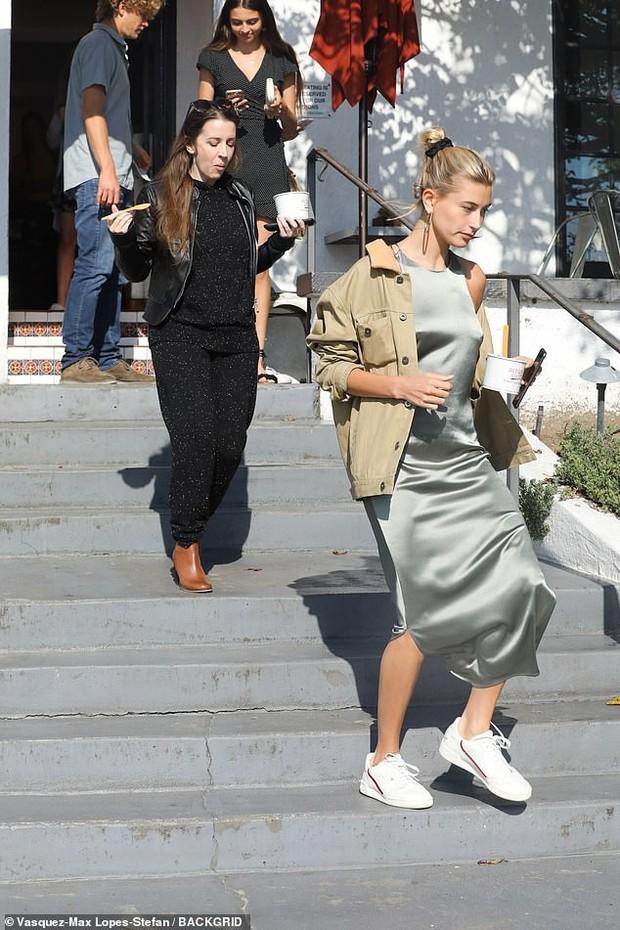 Cặp mẹ chồng nàng dâu ngọt ngào nhất Hollywood: Hailey cùng mẹ chồng trốn Justin, dắt tay nhau đi ăn mảnh - Ảnh 4.