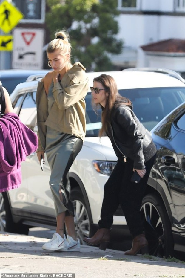 Cặp mẹ chồng nàng dâu ngọt ngào nhất Hollywood: Hailey cùng mẹ chồng trốn Justin, dắt tay nhau đi ăn mảnh - Ảnh 1.