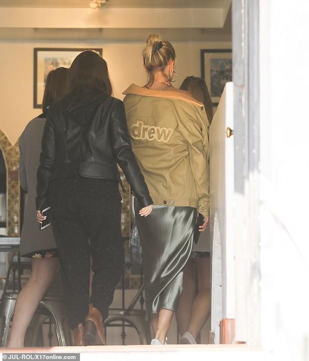 Cặp mẹ chồng nàng dâu ngọt ngào nhất Hollywood: Hailey cùng mẹ chồng trốn Justin, dắt tay nhau đi ăn mảnh - Ảnh 2.
