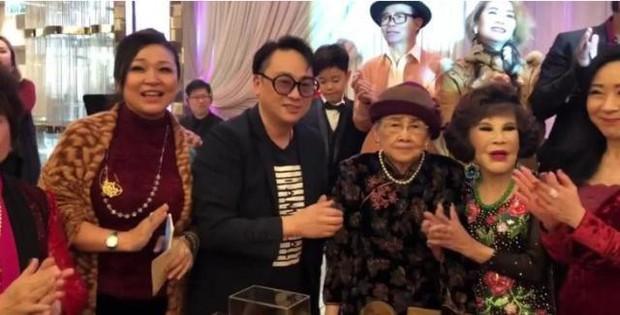 Hé lộ hình ảnh từ bữa tiệc tiêu tốn 7 tỷ đồng, la liệt quà dát vàng mừng thọ 95 tuổi của mẹ Mai Diễm Phương - Ảnh 9.