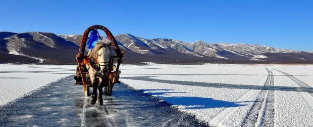 Lễ hội trên hồ đóng băng kỳ lạ của người Mông Cổ: Lạnh kinh hoàng nhưng đẹp đến mê mẩn - Ảnh 3.