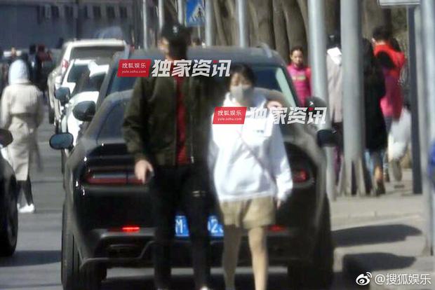 Paparazzi tóm gọn hình ảnh Kim Tan Trung Quốc hẹn hò với đàn chị hơn 4 tuổi sau khi chia tay Hạ Tử Vy - Ảnh 1.