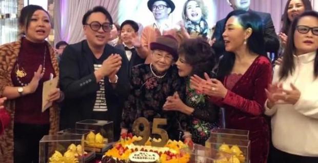 Hé lộ hình ảnh từ bữa tiệc tiêu tốn 7 tỷ đồng, la liệt quà dát vàng mừng thọ 95 tuổi của mẹ Mai Diễm Phương - Ảnh 7.