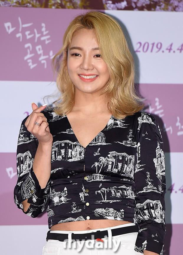 Sooyoung mời cả dàn mỹ nhân SNSD đến sự kiện: Taeyeon thảm họa, em út Seohyun đọ body siêu nuột với nữ diễn viên - Ảnh 17.