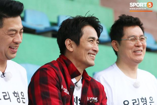 U23 Việt Nam cười giòn giã, đón vị khách đặc biệt trên sân tập - Ảnh 8.