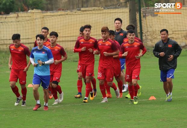 U23 Việt Nam cười giòn giã, đón vị khách đặc biệt trên sân tập - Ảnh 9.
