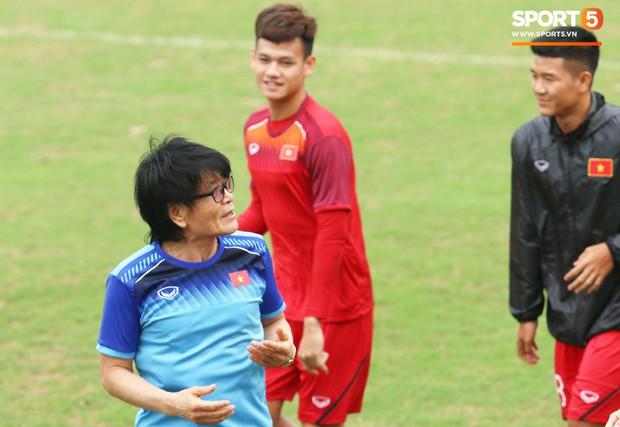 U23 Việt Nam cười giòn giã, đón vị khách đặc biệt trên sân tập - Ảnh 2.