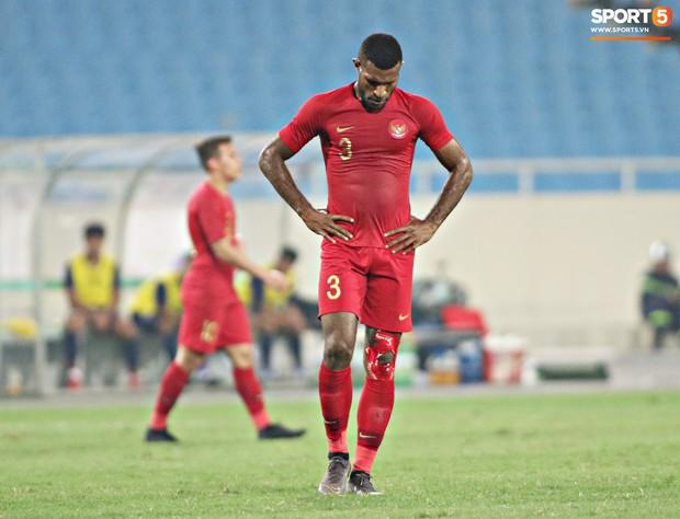 Hài hước nhìn cầu thủ ông chú U23 Indonesia cố gắng bắt chuyện làm thân với Đình Trọng - Ảnh 8.