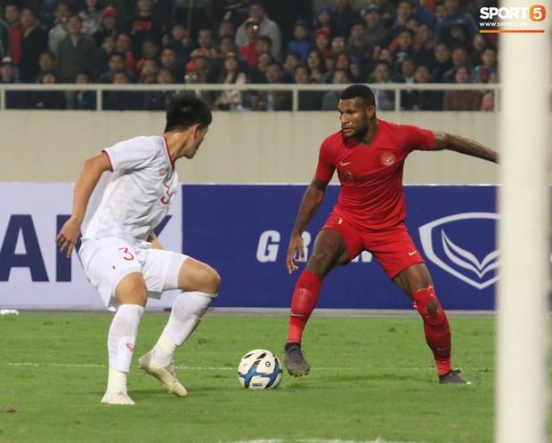Hài hước nhìn cầu thủ ông chú U23 Indonesia cố gắng bắt chuyện làm thân với Đình Trọng - Ảnh 7.