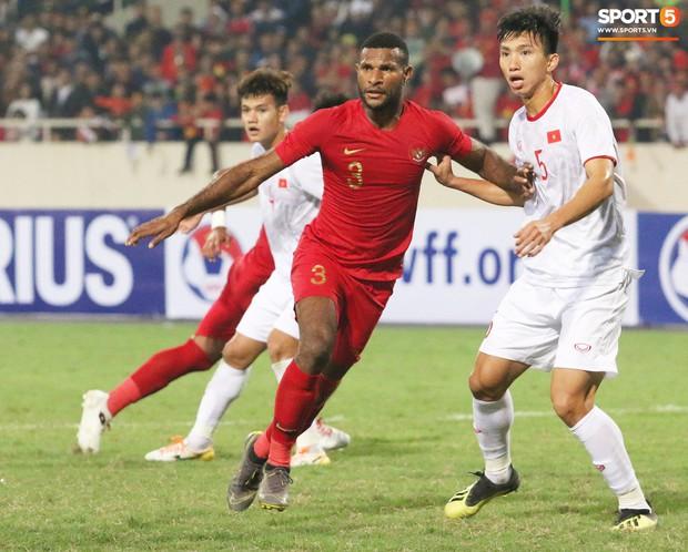 Hài hước nhìn cầu thủ ông chú U23 Indonesia cố gắng bắt chuyện làm thân với Đình Trọng - Ảnh 1.