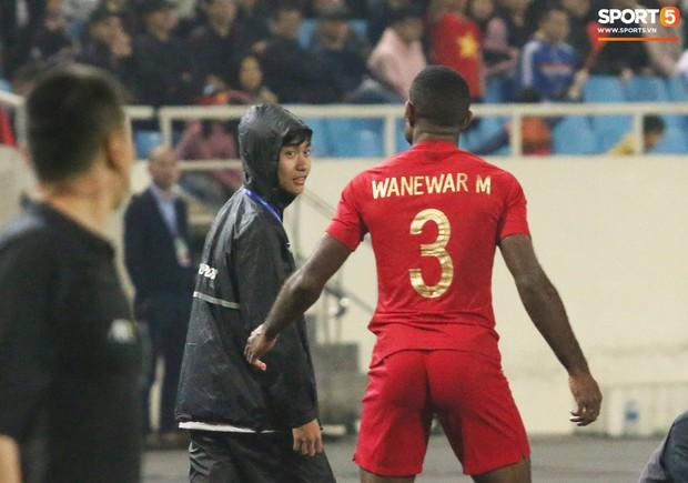 Hài hước nhìn cầu thủ ông chú U23 Indonesia cố gắng bắt chuyện làm thân với Đình Trọng - Ảnh 4.