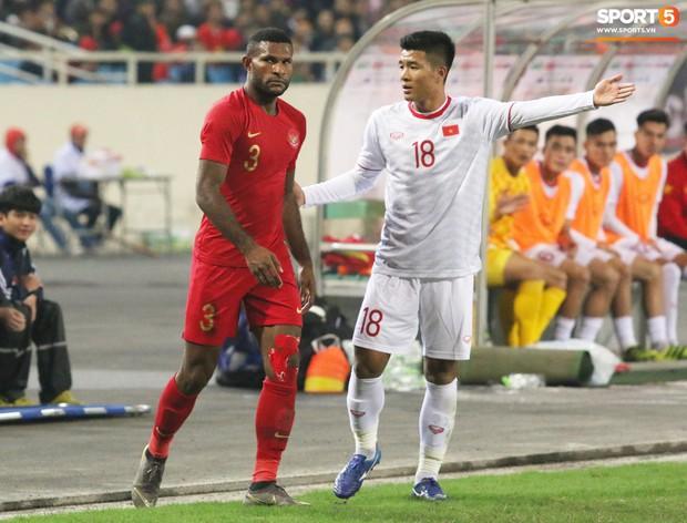 Hài hước nhìn cầu thủ ông chú U23 Indonesia cố gắng bắt chuyện làm thân với Đình Trọng - Ảnh 5.
