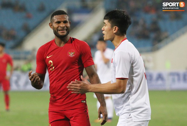 Hài hước nhìn cầu thủ ông chú U23 Indonesia cố gắng bắt chuyện làm thân với Đình Trọng - Ảnh 2.