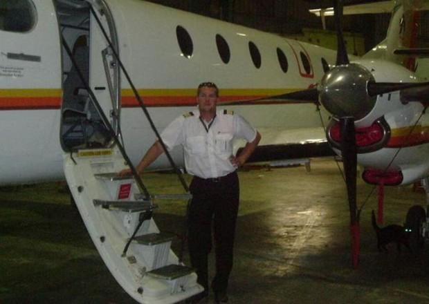 Vừa cãi nhau nảy lửa, phi công đánh cắp máy bay lao thẳng vào bữa tiệc có vợ mình tham dự - Ảnh 4.