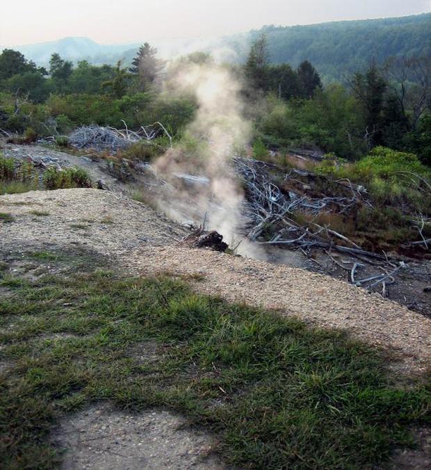 Lửa địa ngục cháy suốt 57 năm ngay bên dưới thị trấn ma ở nước Mỹ - Ảnh 3.