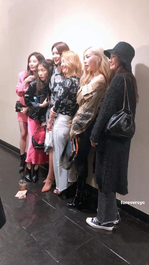 Khi chị em SNSD tươi tắn dự sự kiện, Yuri lén lút đến sau và né báo chí chỉ vì anh ruột dính tới bê bối của Seungri - Ảnh 4.