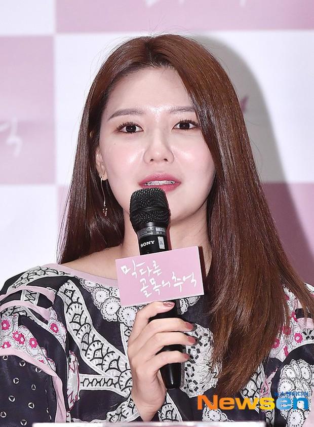 Sooyoung mời cả dàn mỹ nhân SNSD đến sự kiện: Taeyeon thảm họa, em út Seohyun đọ body siêu nuột với nữ diễn viên - Ảnh 2.