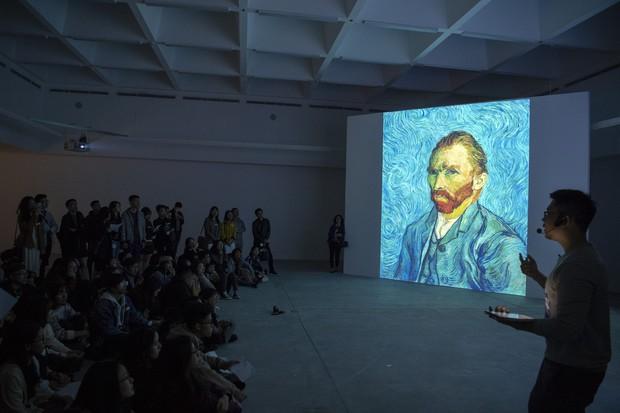 Check-in thì đã sao, chính diễn giả tại triển lãm Van Gogh ở VCCA cho biết: Tôi thấy các bạn tham gia rất lịch sự và nghiêm túc - Ảnh 6.