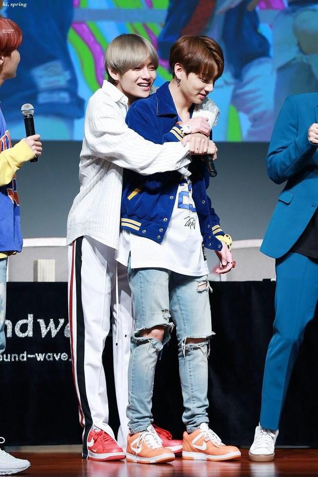 BTS chính là nhóm nhạc nam nghiện động chạm nhất Kpop: Không chỉ thích ôm mà còn sàm sỡ vòng 3 của nhau - Ảnh 18.