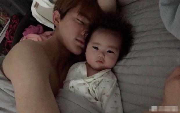 Vừa lộ diện, con gái nhỏ của cặp vợ 42 chồng 24 showbiz Hoa - Hàn đã liên tục được khen vì quá xinh xắn - Ảnh 1.