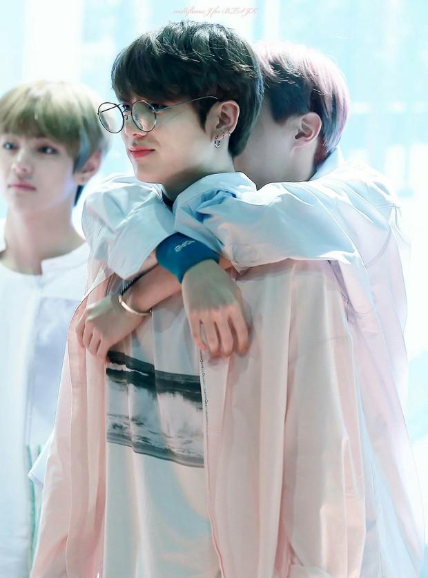 BTS chính là nhóm nhạc nam nghiện động chạm nhất Kpop: Không chỉ thích ôm mà còn sàm sỡ vòng 3 của nhau - Ảnh 21.