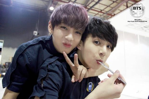 BTS chính là nhóm nhạc nam nghiện động chạm nhất Kpop: Không chỉ thích ôm mà còn sàm sỡ vòng 3 của nhau - Ảnh 22.