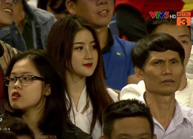Nữ CĐV xinh đẹp được cameraman tia ngay đầu hiệp 2 Việt Nam - Thái Lan khiến dân tình nháo nhào tìm info - Ảnh 1.