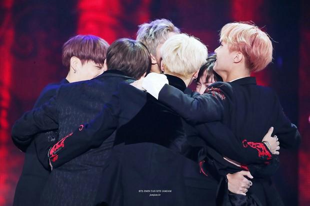 BTS chính là nhóm nhạc nam nghiện động chạm nhất Kpop: Không chỉ thích ôm mà còn sàm sỡ vòng 3 của nhau - Ảnh 1.