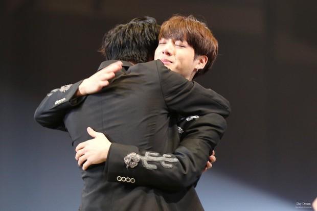 BTS chính là nhóm nhạc nam nghiện động chạm nhất Kpop: Không chỉ thích ôm mà còn sàm sỡ vòng 3 của nhau - Ảnh 10.