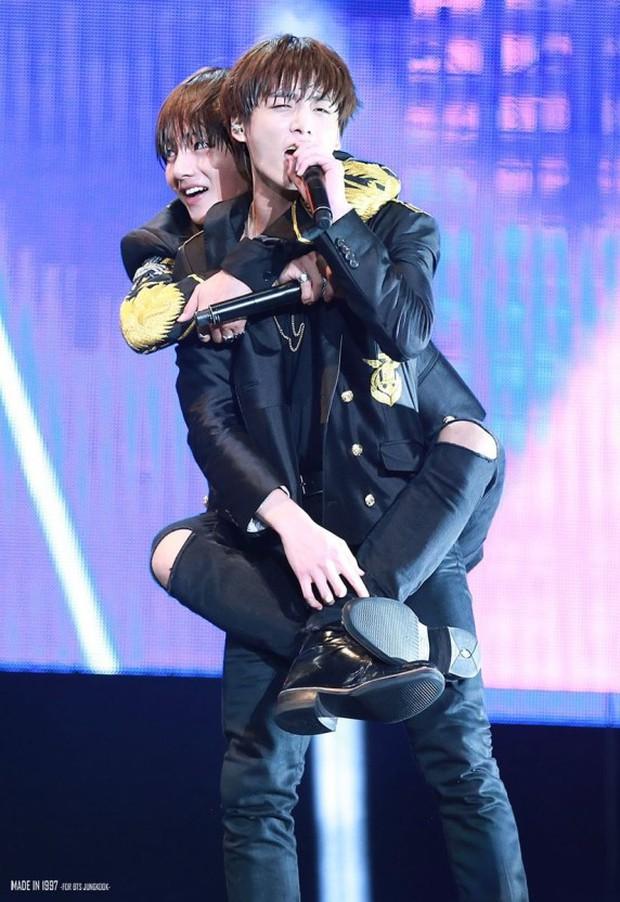 BTS chính là nhóm nhạc nam nghiện động chạm nhất Kpop: Không chỉ thích ôm mà còn sàm sỡ vòng 3 của nhau - Ảnh 27.