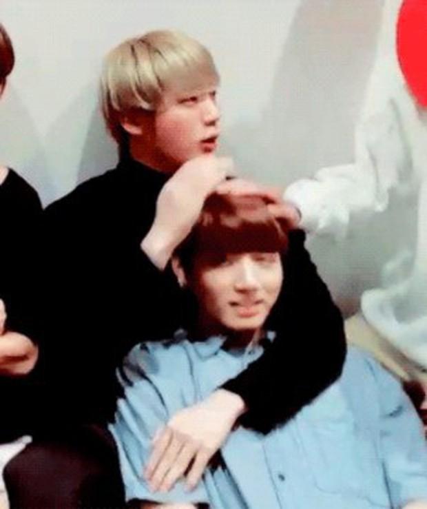 BTS chính là nhóm nhạc nam nghiện động chạm nhất Kpop: Không chỉ thích ôm mà còn sàm sỡ vòng 3 của nhau - Ảnh 28.