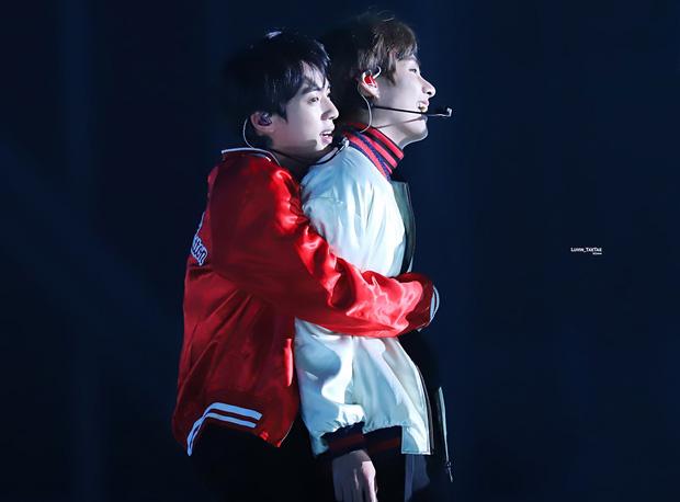 BTS chính là nhóm nhạc nam nghiện động chạm nhất Kpop: Không chỉ thích ôm mà còn sàm sỡ vòng 3 của nhau - Ảnh 6.