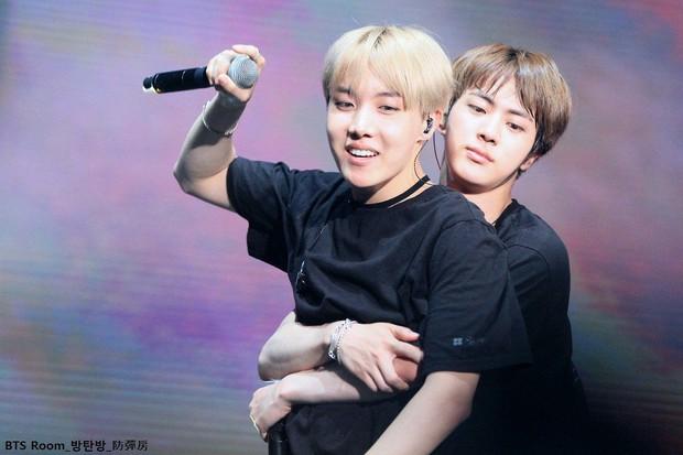 BTS chính là nhóm nhạc nam nghiện động chạm nhất Kpop: Không chỉ thích ôm mà còn sàm sỡ vòng 3 của nhau - Ảnh 7.