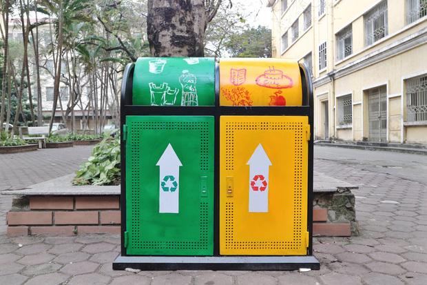 Nhìn những thùng rác này của sinh viên Nhân Văn, ai mà không nhặt rác cho vào đúng là có lỗi với môi trường! - Ảnh 1.