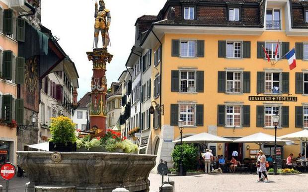 Thị trấn Thụy Sĩ đẹp như tranh vẽ bị ám ảnh với con số 11, đến đồng hồ công cộng cũng thiếu giờ thứ 12 - Ảnh 2.