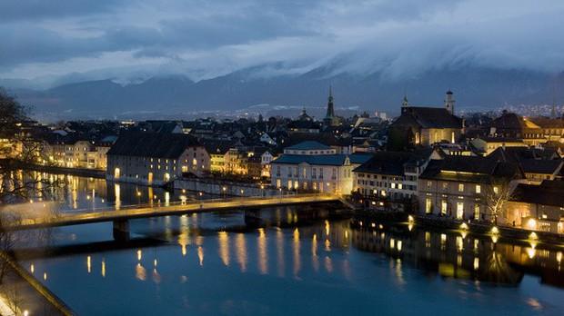 Thị trấn Thụy Sĩ đẹp như tranh vẽ bị ám ảnh với con số 11, đến đồng hồ công cộng cũng thiếu giờ thứ 12 - Ảnh 7.