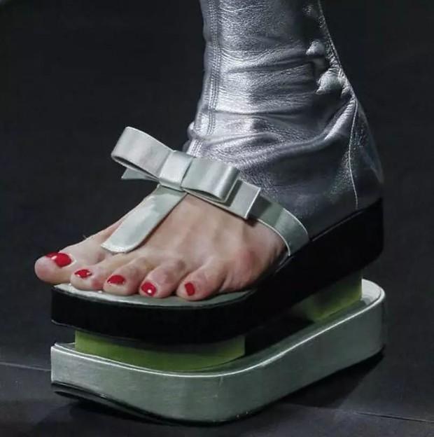 Loạt giày cao gót với thiết kế cực khó đỡ, không trượt ngã sấp mặt cũng khiến người đối diện rùng mình - Ảnh 1.