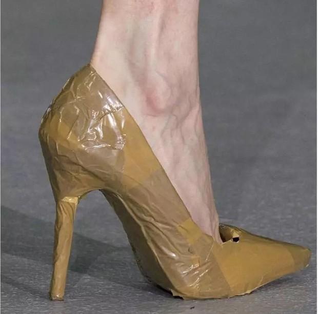 Loạt giày cao gót với thiết kế cực khó đỡ, không trượt ngã sấp mặt cũng khiến người đối diện rùng mình - Ảnh 13.