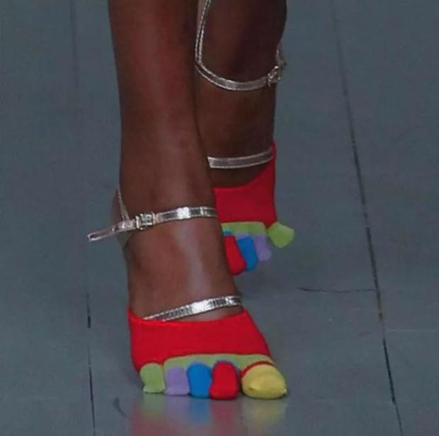 Loạt giày cao gót với thiết kế cực khó đỡ, không trượt ngã sấp mặt cũng khiến người đối diện rùng mình - Ảnh 15.